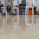 Polimento de piso com a politriz de piso da Finiti
